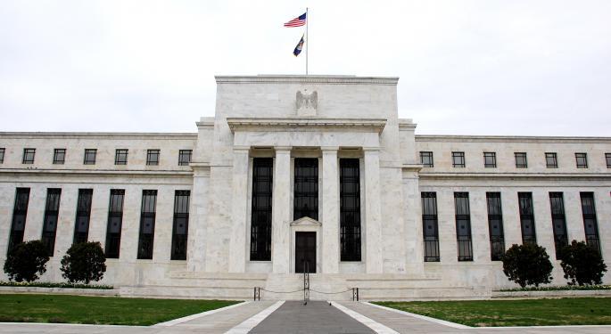 Fed amplía prohibiciones de recompra y dividendos a bancos
