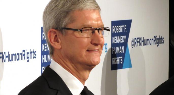 Apple, el CEO Tim Cook recibe bonificación en acciones de 4M