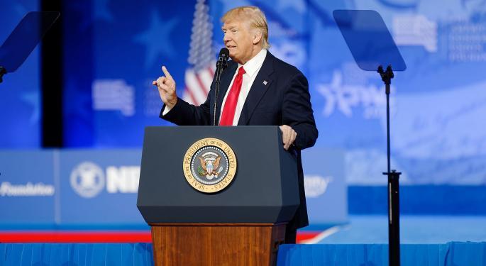 Trump podría recibir alta el lunes, suben futuros de EEUU